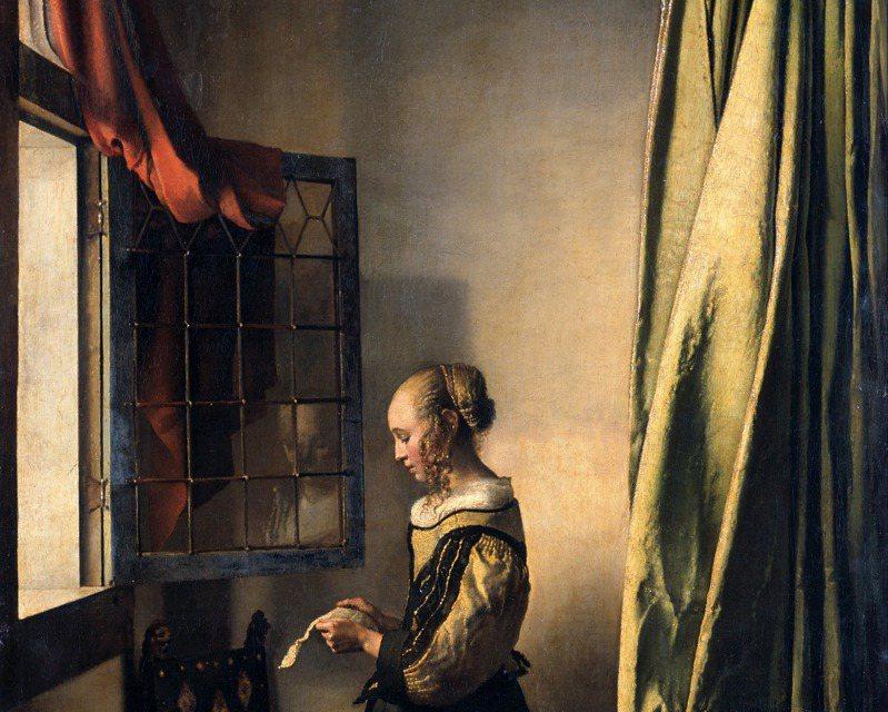 「窗邊讀信的少女」於1657至1659年之間完成。在還原前的畫中,可見少女面向敞開的窗戶仔細讀著手中的信,窗外的光線灑在後方空白的牆上,對照著少女略顯單薄的身形。圖/維基百科