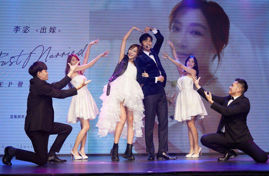 李宓(左3)挺孕肚與風田(左4)熱舞唱跳「出嫁」。圖/亞凰國際娛樂