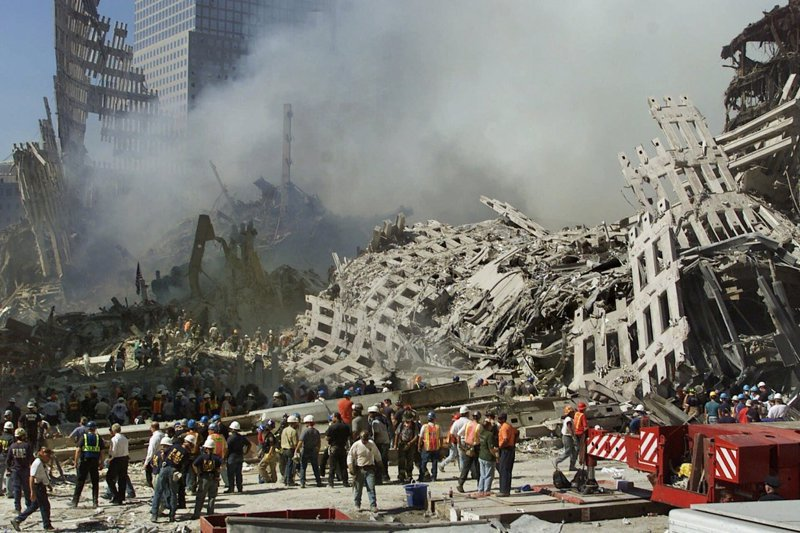 911陰謀論在美國一直很有市場。圖為搜救人員當時在世貿大樓廢墟搜尋生還者。 美聯社