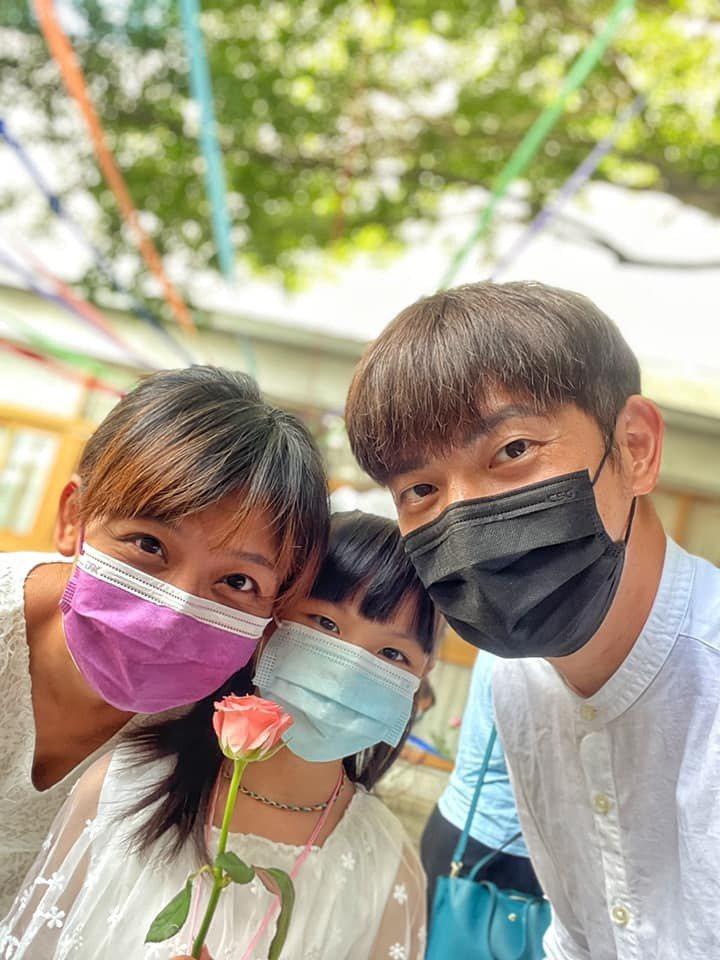 宥勝與妻女一起在新家門口辦PA。圖/摘自宥勝臉書