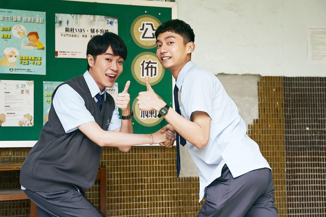 青峰(左)客串演出1分鐘就殺青,大鶴暢聊1小時討拍。圖/環球音樂提供