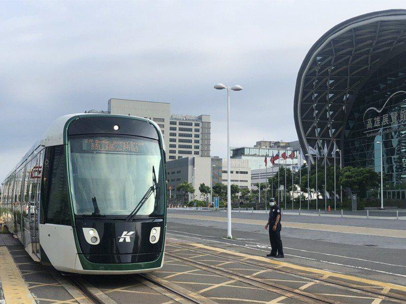 高雄輕軌營運至今仍因運量與用路人習慣常被檢討。記者林巧璉/攝影