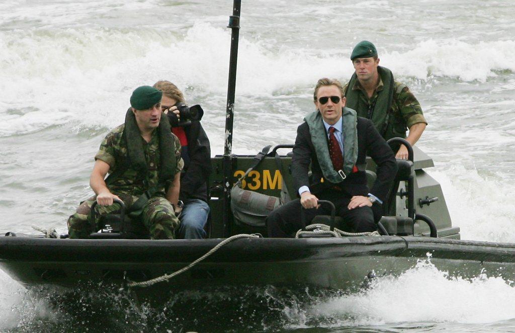 英國網友不欣賞丹尼爾克雷格(右二)到連他坐船到記者會現場穿救生衣都能批評。圖/路...