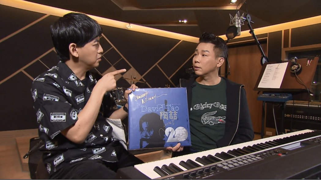 陶喆現場讓黃子佼體驗合唱「手牽手」。圖/TVBS提供