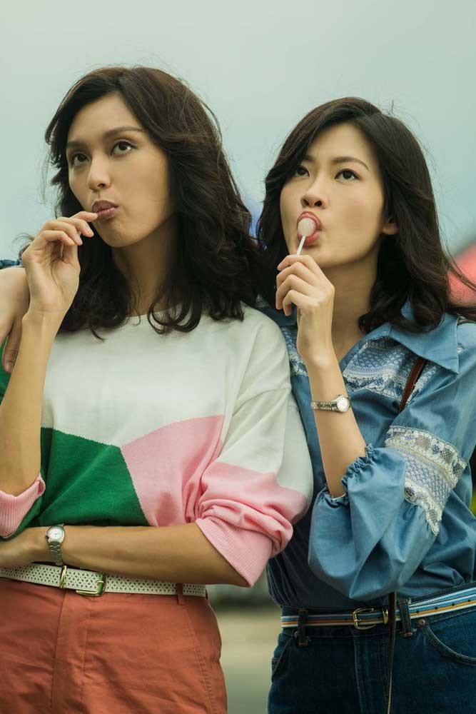王丹妮(左)飾演梅艷芳,與廖子妤飾演的梅愛芳是姊妹。圖/索尼提供