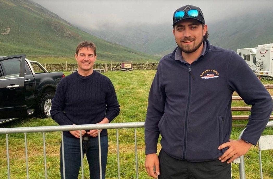 湯姆克魯斯(左)在英國湖區拍戲空檔和當地民眾合影。圖/摘自cumbriacrac...