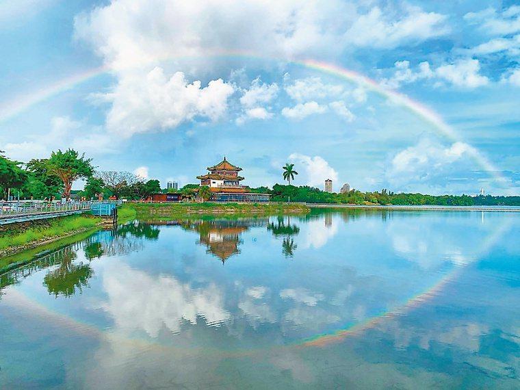 郭昭宏愛上攝影,在澄清湖畔拍到得月樓上空的彩虹與倒影交織的美景。圖/郭昭宏提供