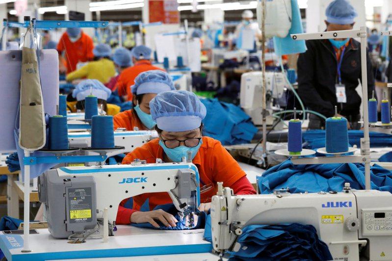 越南先鋒報報導,越南政府在全球品牌業者施壓下,已下令胡志明市讓部分工廠恢復運作。路透