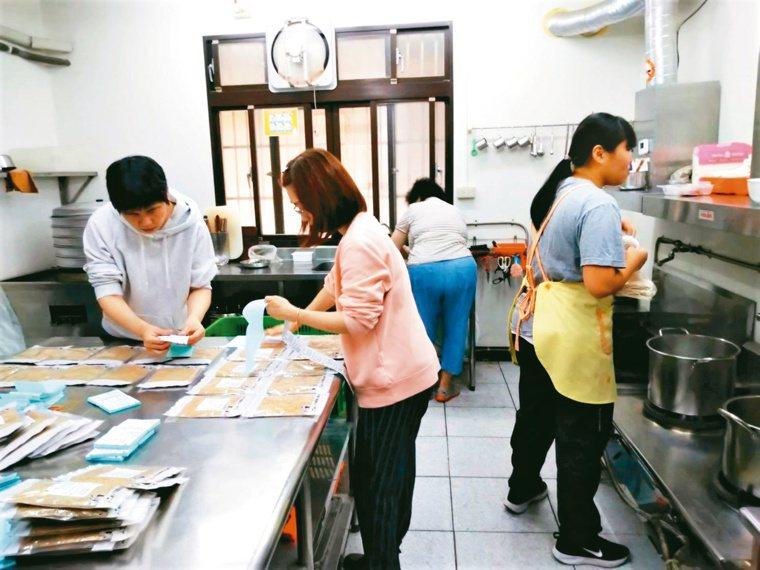 每周五是翁美川、羅春嬌與社員的快樂聚會,一起在廚房分工合作。圖/翁美川提供