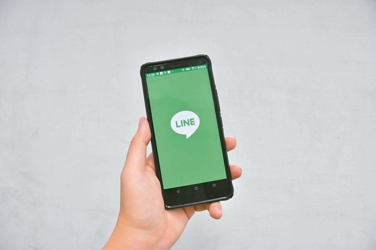 學習LINE常用功能。本報資料照片