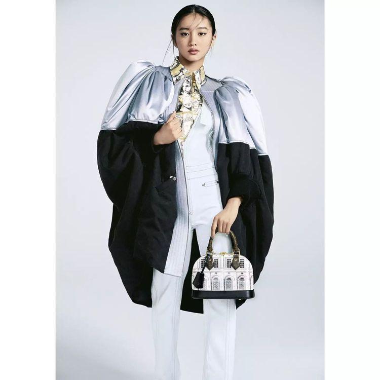 木村光希以未來少女的姿態詮釋LV x Fornasetti聯名限量Alma包款。...