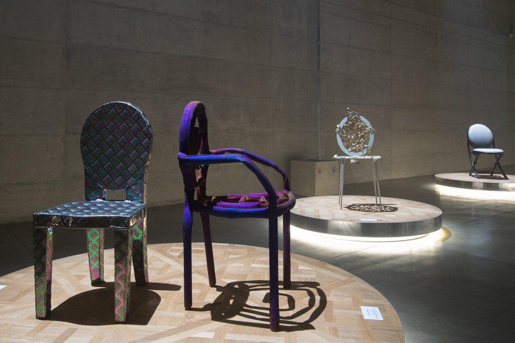 不同藝術家眼中,迪奧的經典圓背椅,變化成不同風格的藝術品。圖/迪奧提供