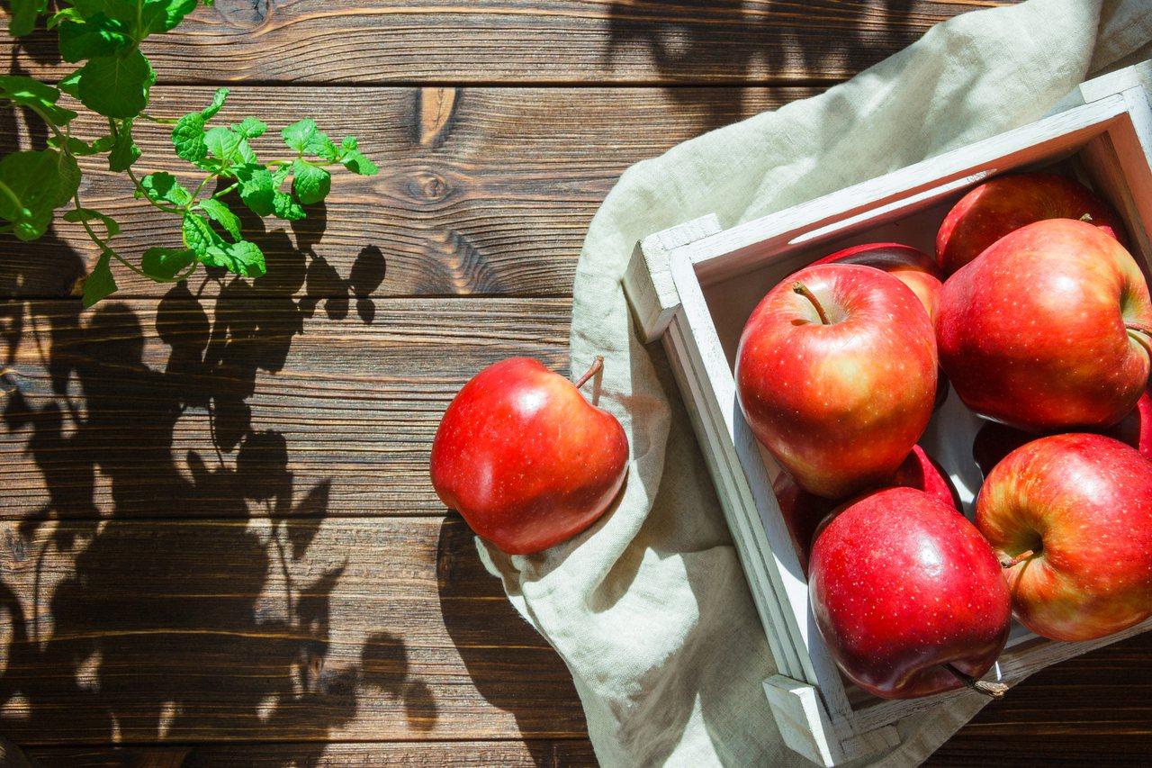 蘋果因為富含膳食纖維以及多酚類,因此被列為有研究證實能夠抗癌的食材之一。 圖/f...