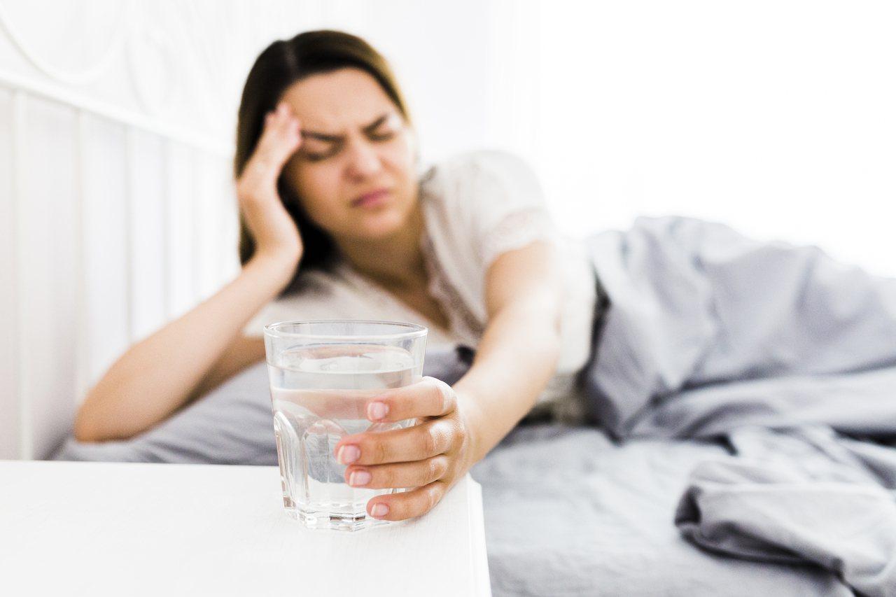喝酒後頭痛、嘔吐、發抖畏寒等等症狀其實跟酒精代謝過程的身體脫水、乙醛累積有關。 ...