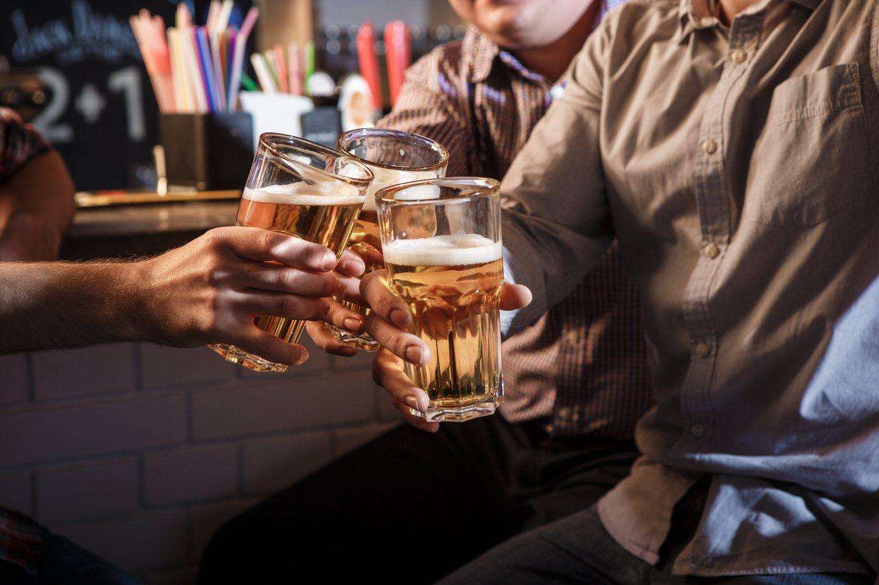 喝酒前先吃富含蛋白質的食物或喝點牛奶,可避免酒精刺激胃黏膜。 圖/freepik