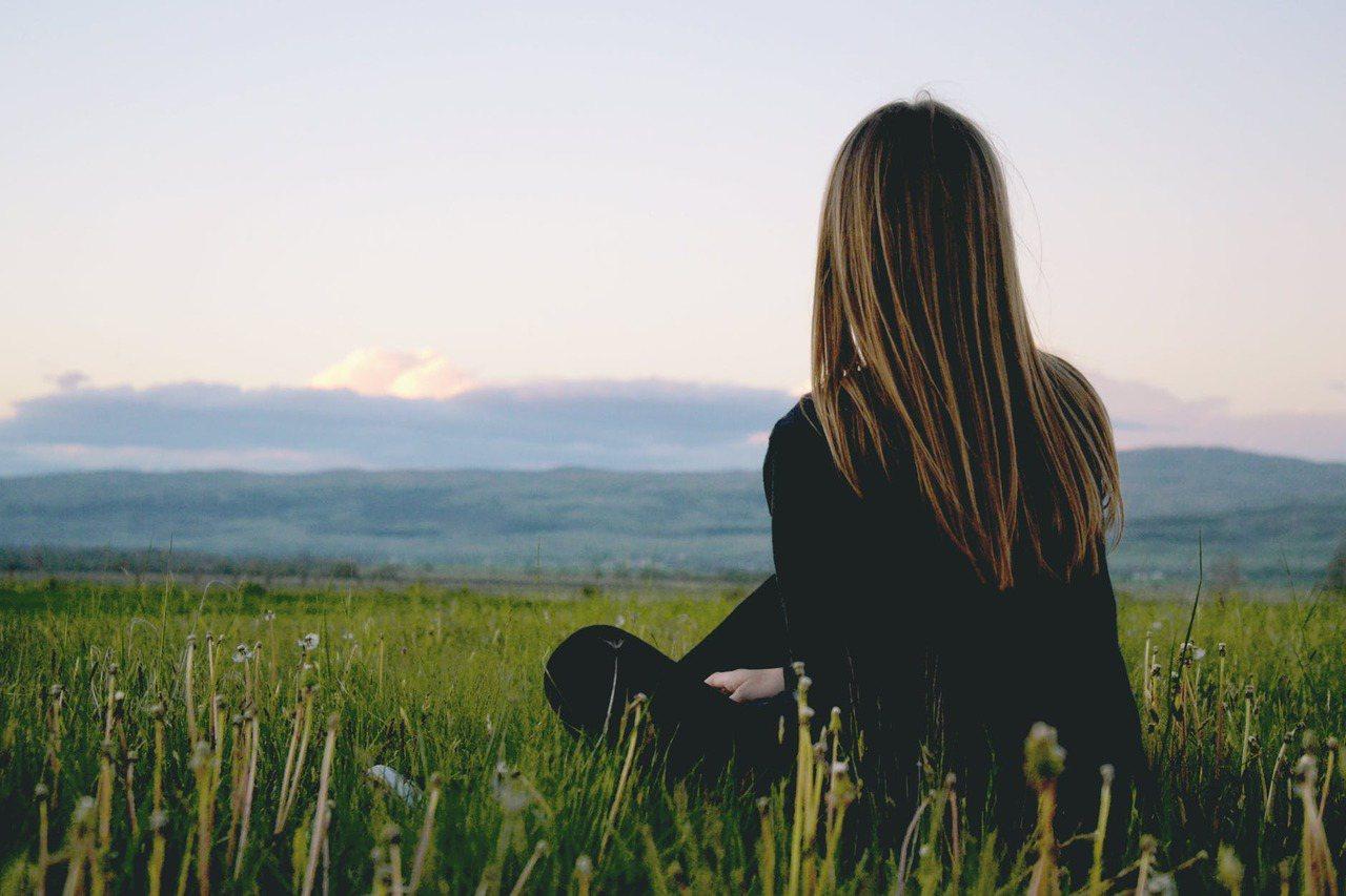 覺察有一個很重要的方式是透過「獨處的練習」,在獨處中,你會遇見那個原始真實的自己...