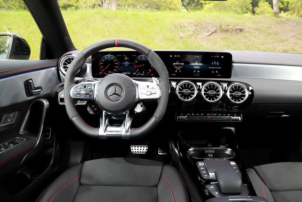 Mercedes-AMG CLA 45 S 4MATIC+黯夜版內裝鋪陳原本設定...