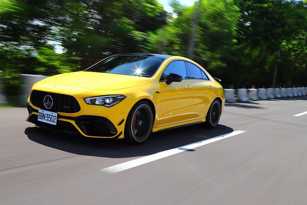 相比上世代AMG 45車系動力瞬間湧出的突兀感,現行款不僅已經大幅改進,在新世代...