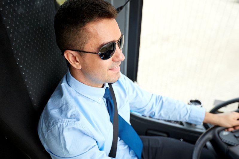 一段在小巴士車廂內拍攝的短片於網上瘋傳,只見司機座位附近擺放了1個塑膠杯,杯內裝有水但沒有蓋子,當小巴轉彎時竟1滴都沒有漏出來。示意圖/Ingimage