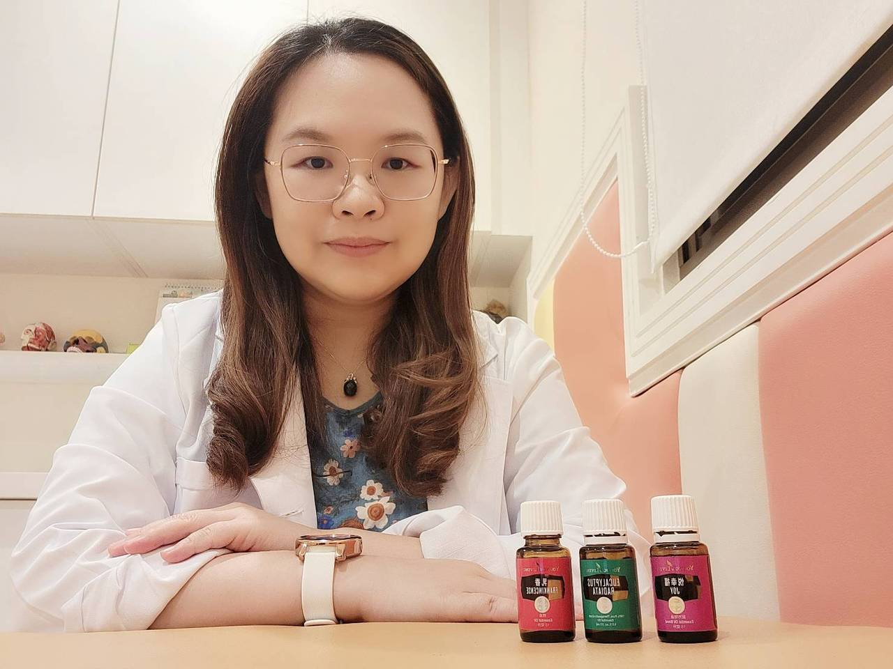 俗稱「芳療」的芳香療法,以天然植物精油,搭配手法針對身體、頭部按摩,舒緩不適、療...