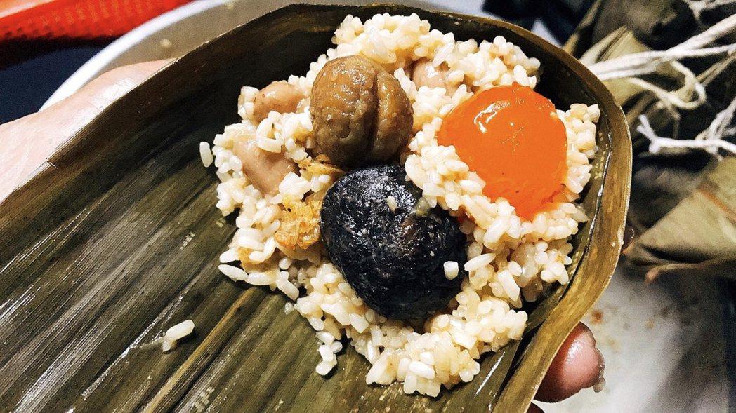 招牌肉粽選用紅土鹹鴨蛋、山香菇及栗子。初粽/提供。