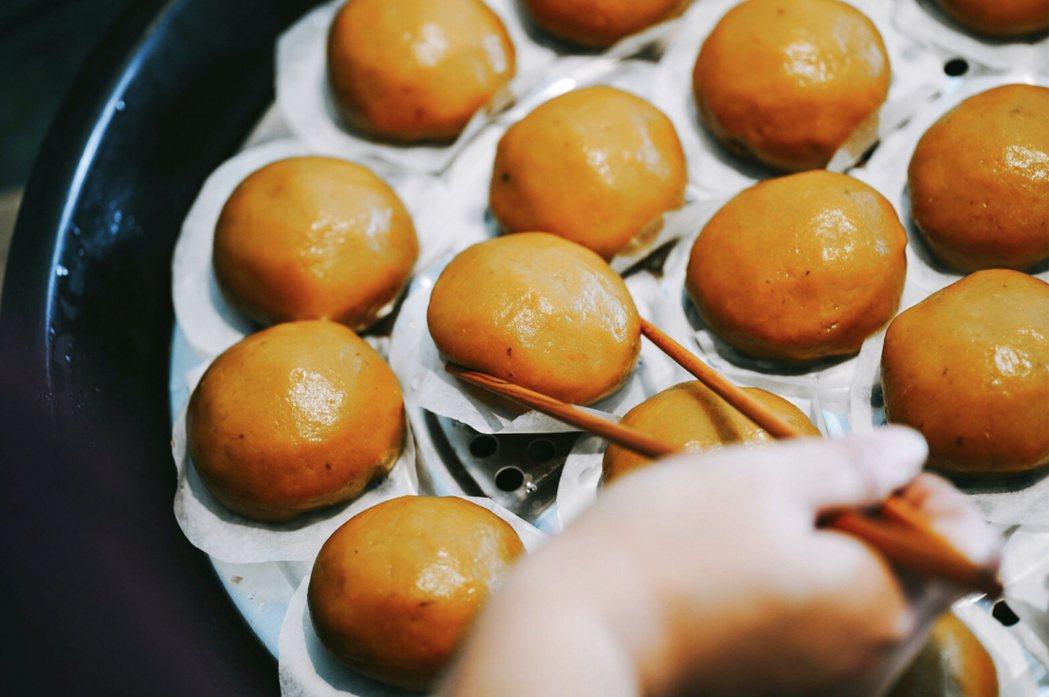 手工現包現做的番薯包,Q彈外皮內餡裹著絞肉及香菇。初粽/提供。