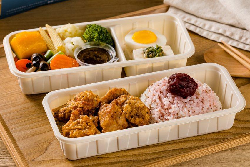 醫護族群最喜歡的「滋嫩鹽麴炸雞餐盒」為正統日式唐揚雞,外脆內鮮嫩。 日出川鹽麴舒...