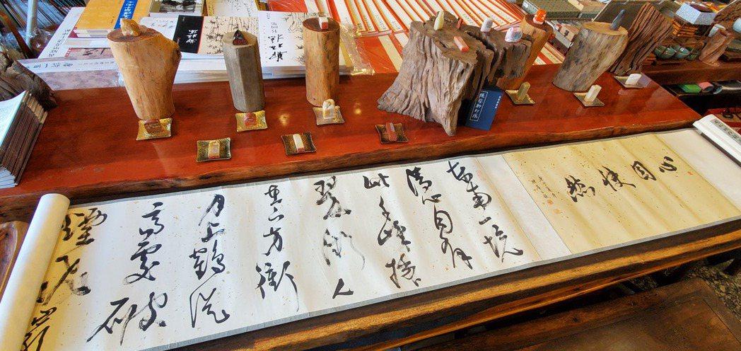 現場展出多項書法、篆刻與陶藝等藝術品。 張傑/攝影