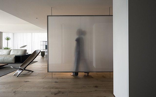 入口處的薄膜牆以PVC中空板和玻璃製成,為空間帶來隱隱約約的穿透感。