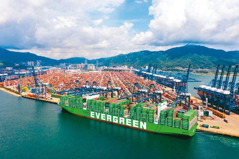 宏遠投顧最新報告看好貨櫃三雄今年EPS超過35元,明年有機會挑戰50元以上,同步給予三家公司買進評等,目標價部分,長榮(2603)為359元、陽明(2609)351元、萬海(2615)為403元。圖為長榮貨櫃輪。長榮海運/提供