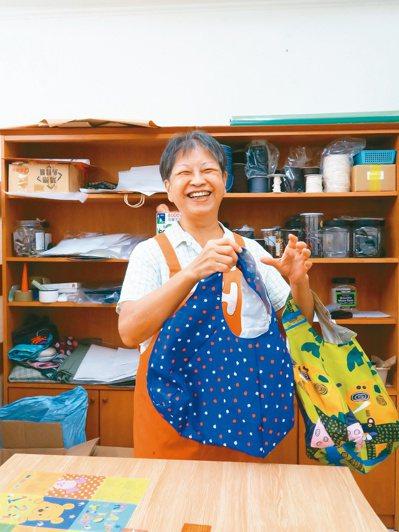 繽紛的花色象徵每個人的精采人生,以正向態度面對疾病。圖為翁美川帶領社區媽媽用回收...