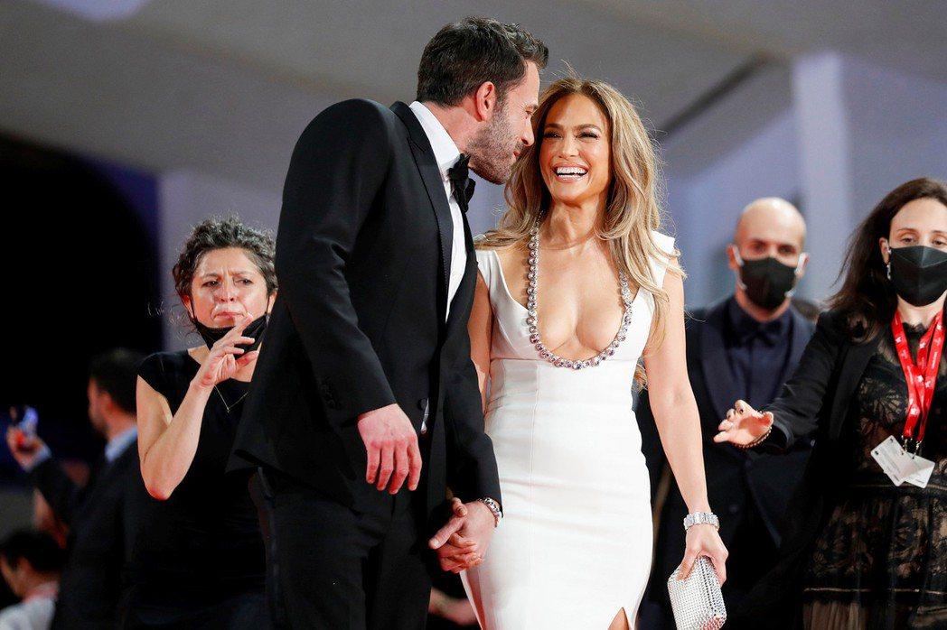 珍妮佛洛佩茲在班艾佛列克身邊笑開懷。(路透)