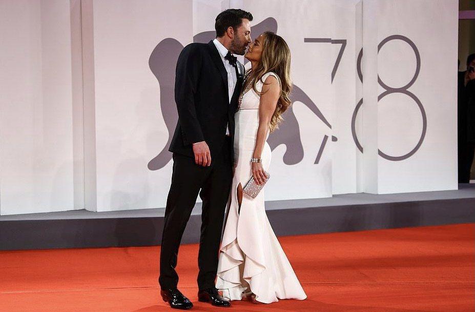 班艾佛列克和珍妮佛洛佩茲在威尼斯影展紅地毯上直接親了起來。(美聯社)