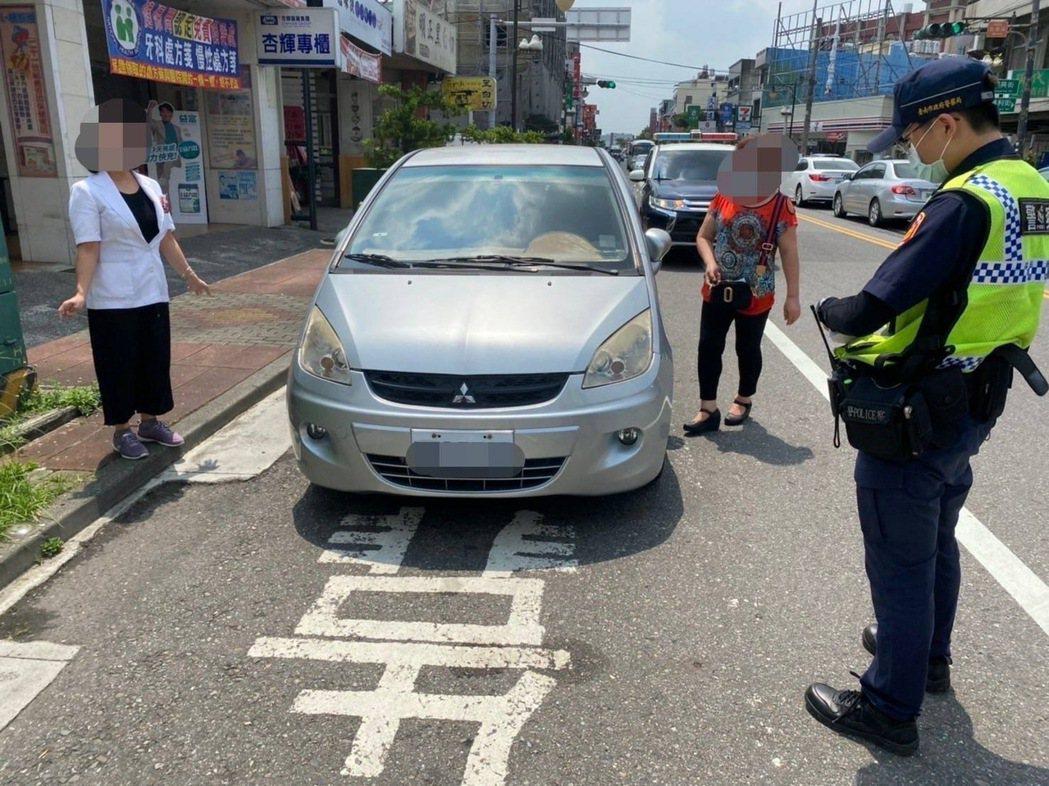 違規停車不斷嚴重影響安全,台南警方宣告強力執法取締。記者周宗禎/翻攝