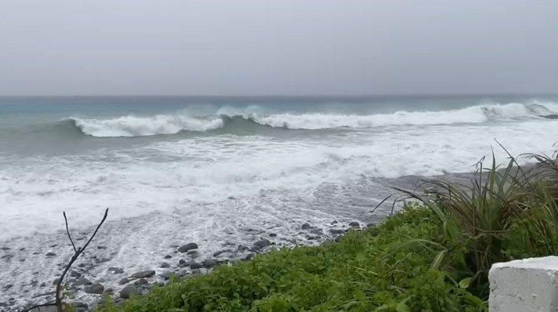 璨樹颱風暴風圈逐漸靠近,蘭嶼地區早上風雨明顯增強,11點開始最大陣風來到10級,隨後不斷增強,12點40分測得12級陣風,浪高也從5公尺轉到10公尺。圖/讀者提供