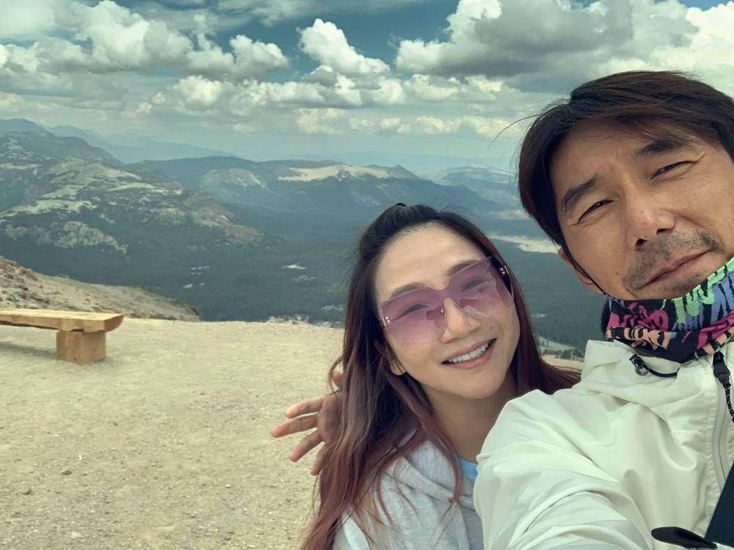 陶子和李李仁的合照後方多出一隻手。圖/摘自臉書