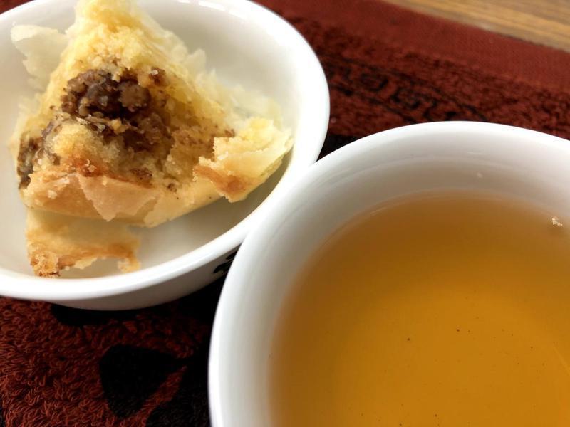 包種茶和高山烏龍建議搭配台式綠豆椪,鹹甜適中和多層次酥皮,配上一口清香茶湯,相得益彰。記者柯永輝/攝影