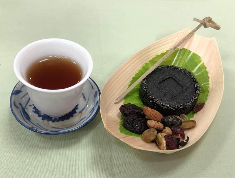 茶葉和糕點搭配大原則,建議「清淡口味月餅搭輕、中度發酵茶,重口味月餅配重發酵茶」。記者柯永輝/攝影
