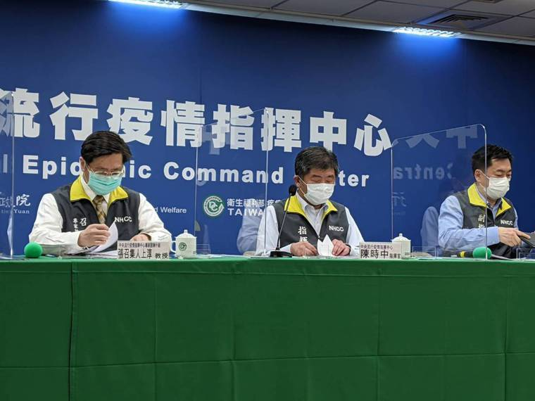 張上淳(左)表示,莫德納疫苗與BNT疫苗都屬於「mRNA疫苗」,但目前還沒有足夠...