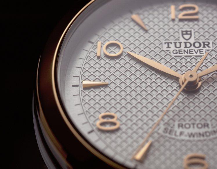 立體的金質數字與指針,近距離欣賞更能滿受細節的精緻魅力。圖 / TUDOR提供