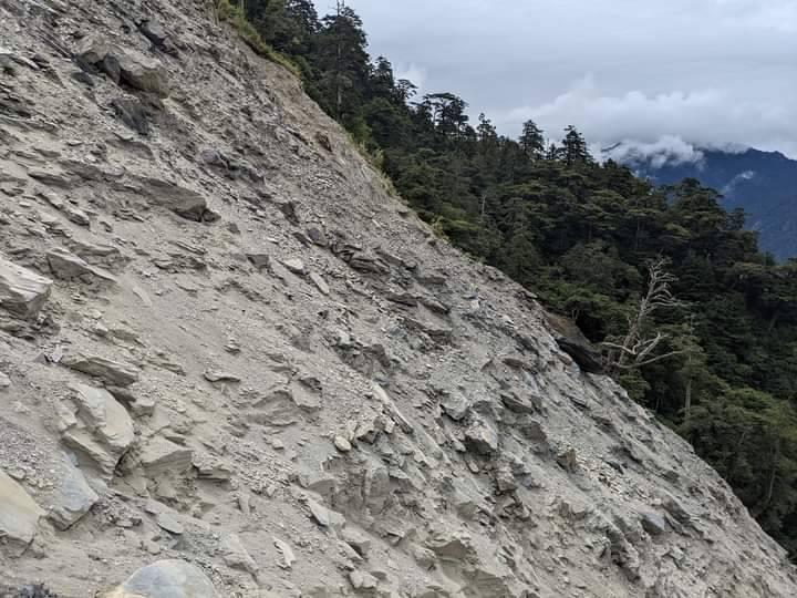 能高越嶺道指標10公里處嚴重坍方,和天池山莊都暫停開放,也請遊客不要冒險進入。圖/南投林管處提供