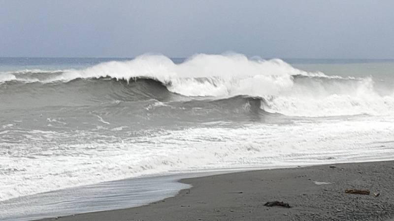 中颱「璨樹」暴風圈今天籠罩台東,各地風雨愈晚增強,海面風浪掀起10公尺長浪,記者尤聰光/攝影
