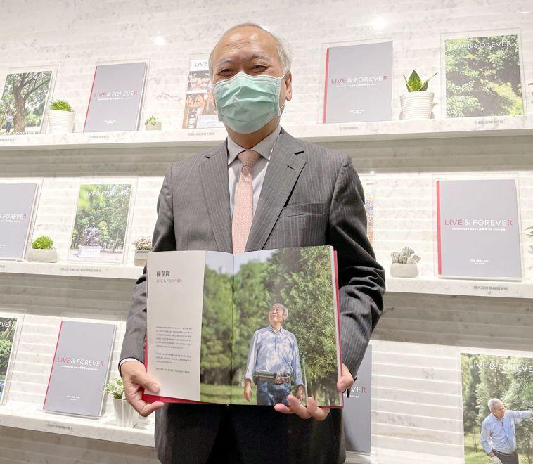 亞洲換肝之父陳肇隆投入肝臟移植卅七年,將救人與植樹的人生況味濃縮在個人微傳記中。...