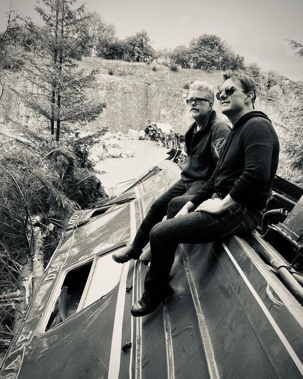 「不可能的任務7」導演克里斯多夫麥奎里(左)發布與湯姆克魯斯合照,向辛苦待到殺青