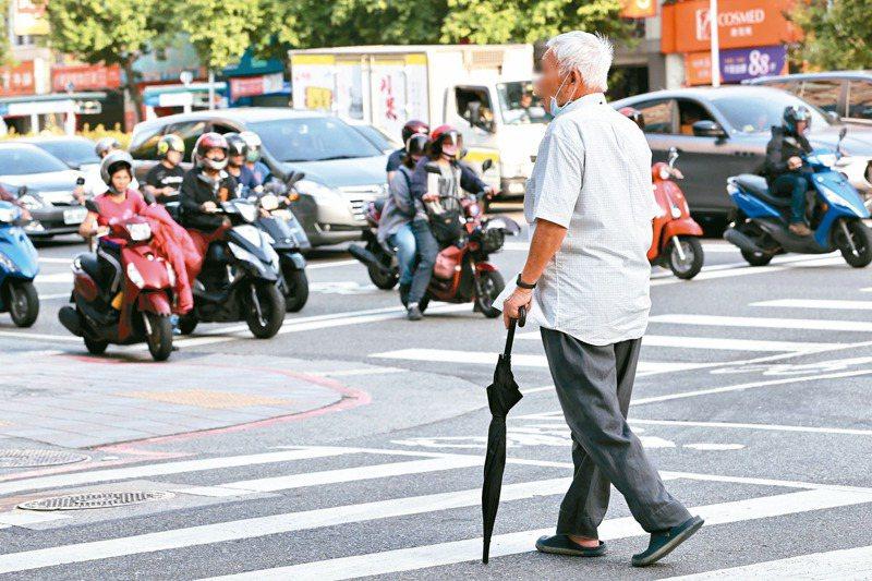 道安會分析,高齡族群A1事故中,行人則占25%,多因走行穿線危機意識較低、時間掌握不好,示意圖。圖/聯合報系資料照片