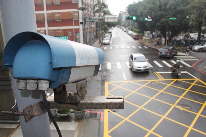 桃園市審計處建議警察局優先導入裝設天羅地網系統,但基層認為功能性與測速照相桿有別,難期待預防交通事故效果(示意圖)。本報資料照片