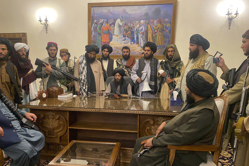 神學士民兵8月15日拿下阿富汗政權後進占總統府。美聯社