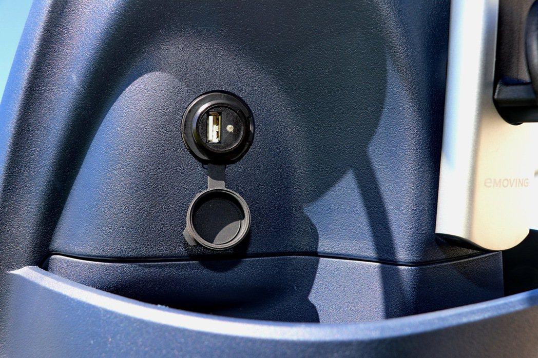 5V2A USB充電孔。 記者陳威任/攝影