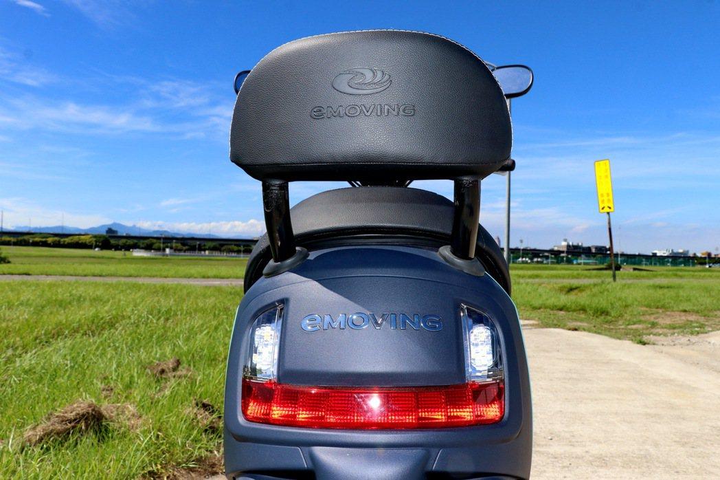 車尾採用U字型燈組設計並在中央有著大大的eMOVING字樣。 記者陳威任/攝影