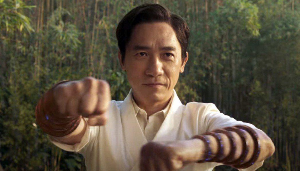 梁朝偉在漫威大片「尚氣與十環傳奇」飾演反派「文武」,展現精采演技。圖/迪士尼提供
